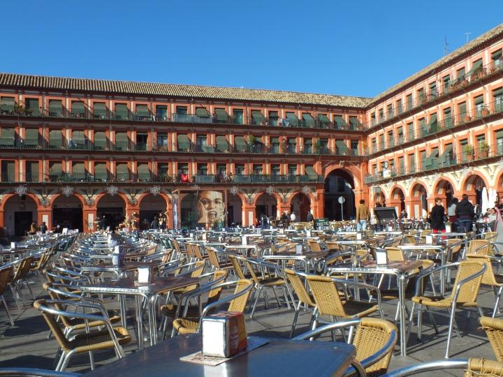 La Place de las Tendilals où nous avons déjeuné presque en amoureux ( lles espagnols déjeunent très tard, alors que nous, nous étions au taquet à 12:30, affamés par les heures de marche que nous avions déjà dans nos pattes!). C'est ici que se tenait autrefois le forum romain. Elle est impressionnante de symétries.