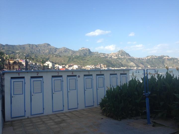 Cabines de plage à Giardini Naxos