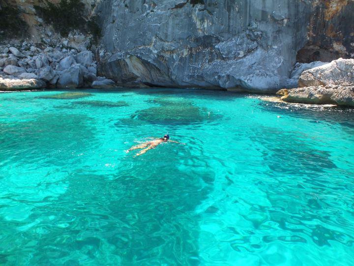 Les fonds marins et la transparence de l'eau sont une invitation au snorkling
